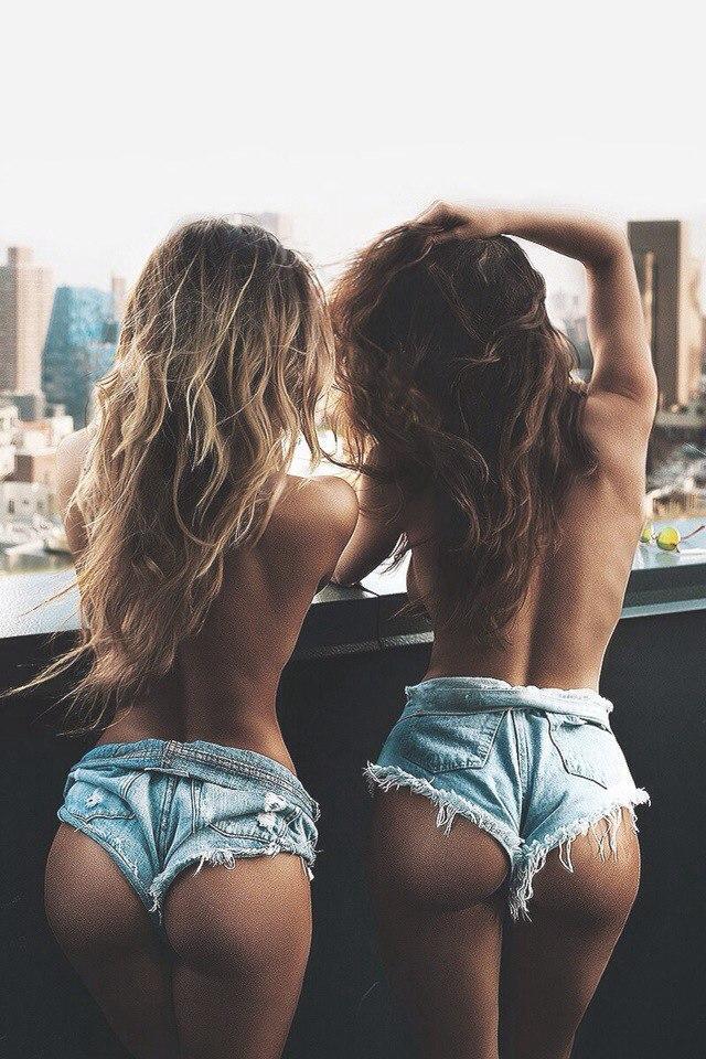 Сексуальные попки красоток в очень коротеньких шортиках сзади