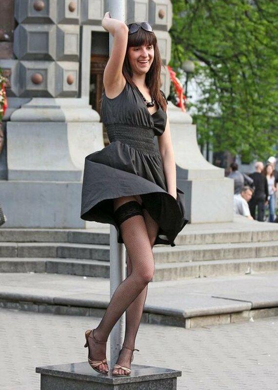 Засветы между ног девушек в чулках и коротких юбках на фото