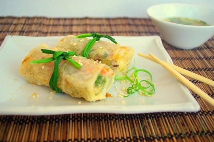 Жареные роллы из рисовой лапши и грибов по-корейски