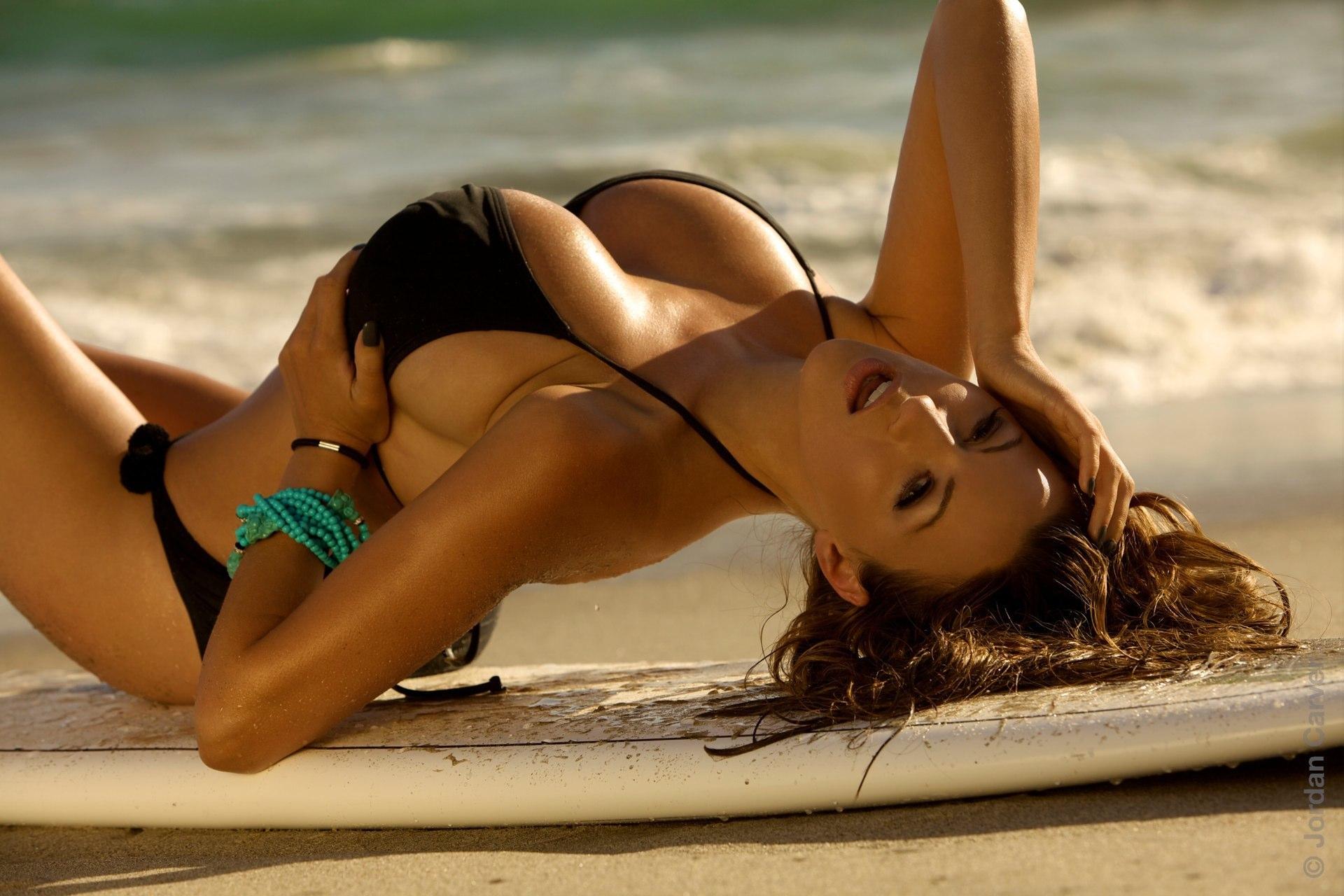 Игривая девушка с большой красивой грудью