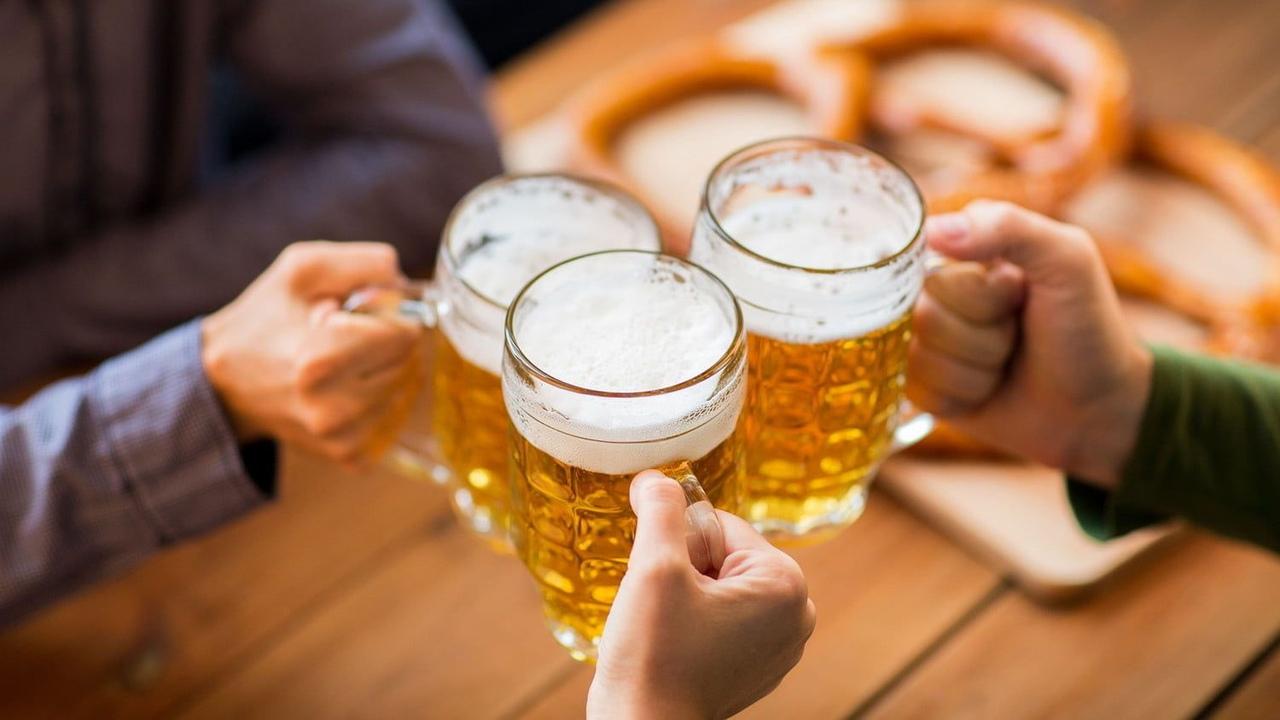 человек пьет только пиво