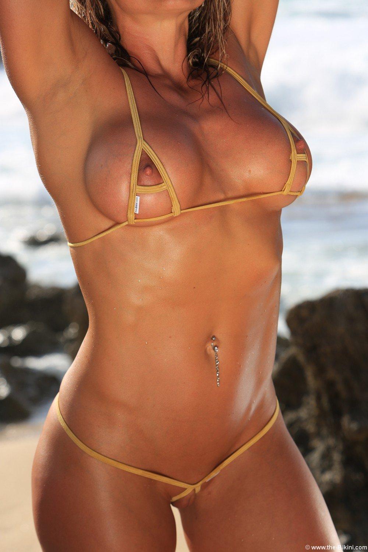 Сексуальные красотки с большими женскими формами в мини-бикини - 150 фото