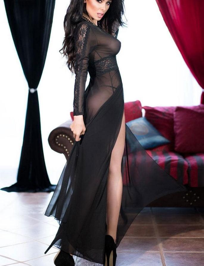 Девушка в длинном платье
