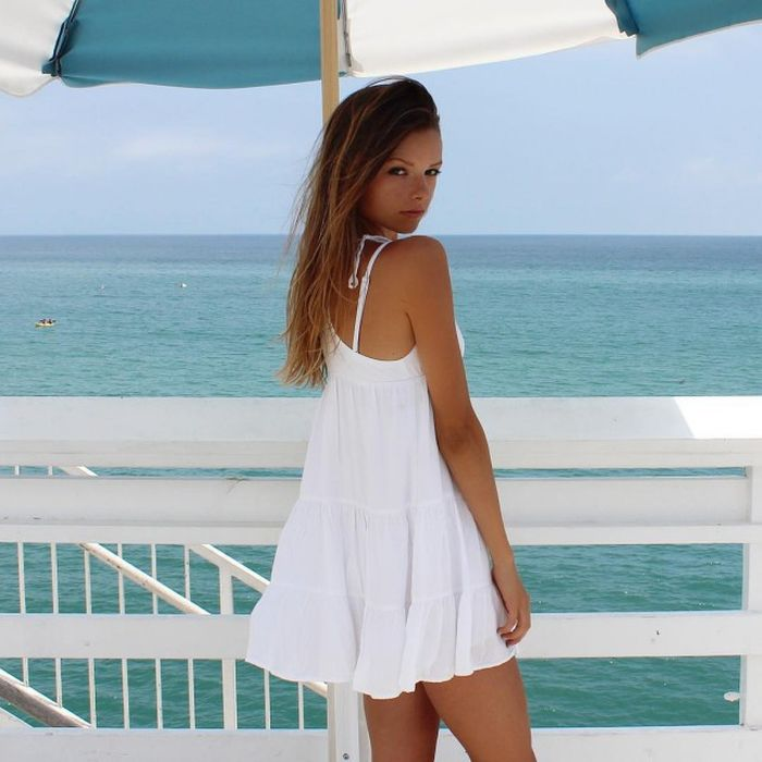 Девушка в коротком платье