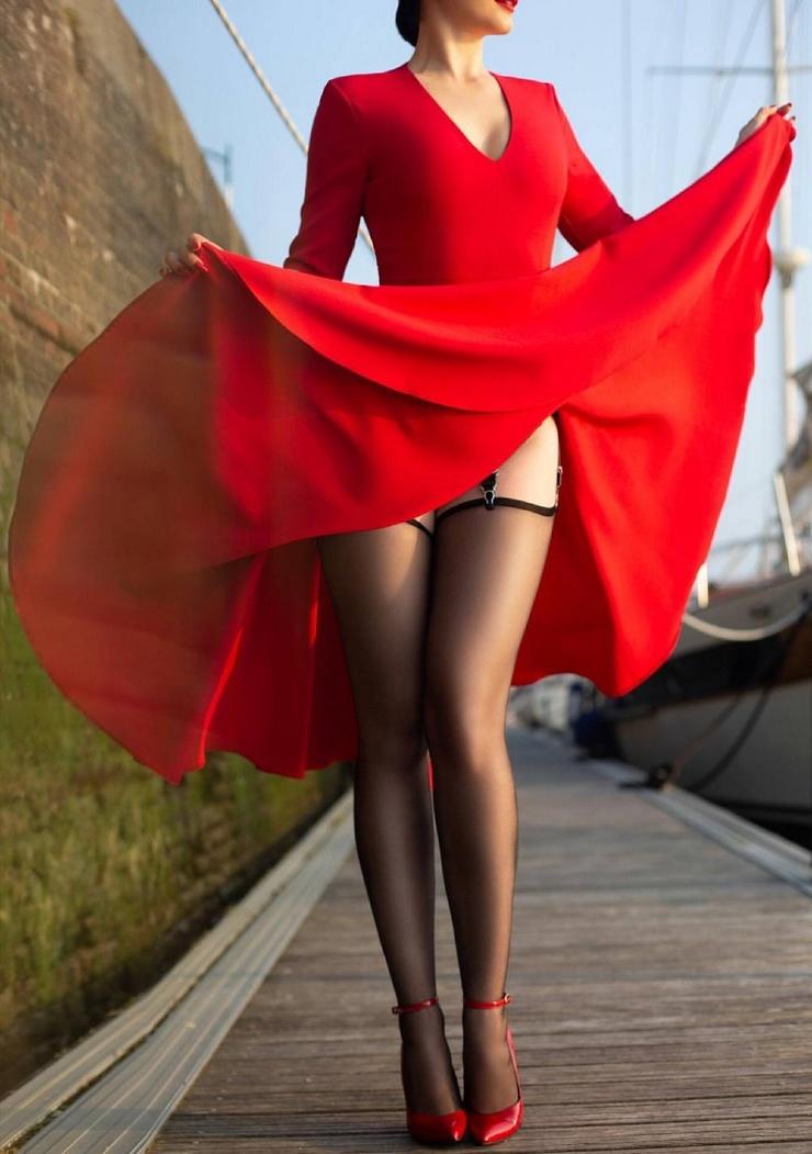 Девушка в платье и чулках