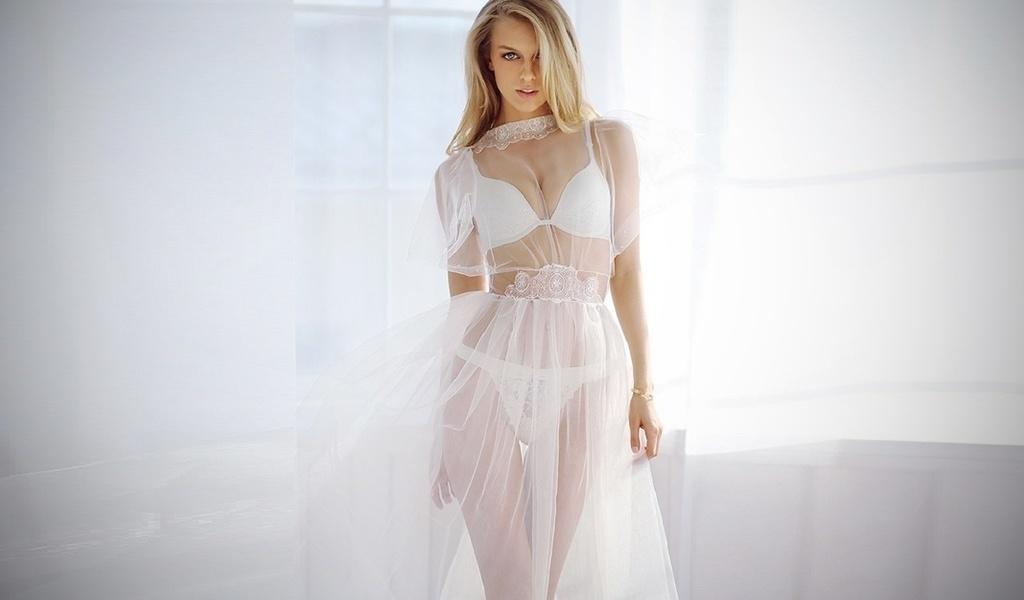 Девушка в прозрачном платье
