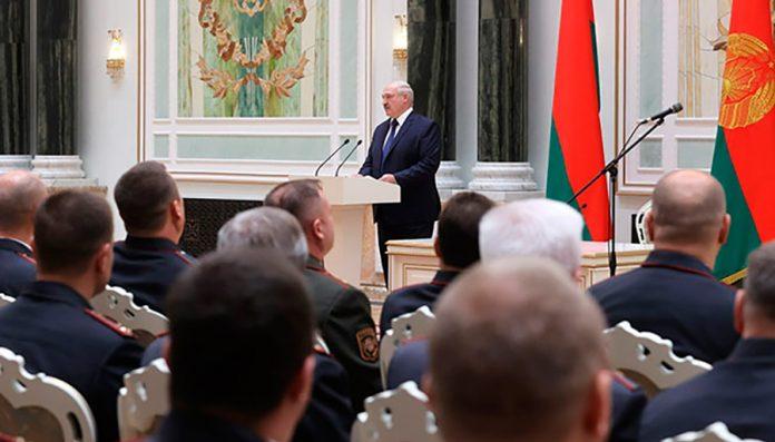 Лукашенко: Если кто-то прикоснётся к военнослужащему, он должен уйти оттуда как минимум без рук