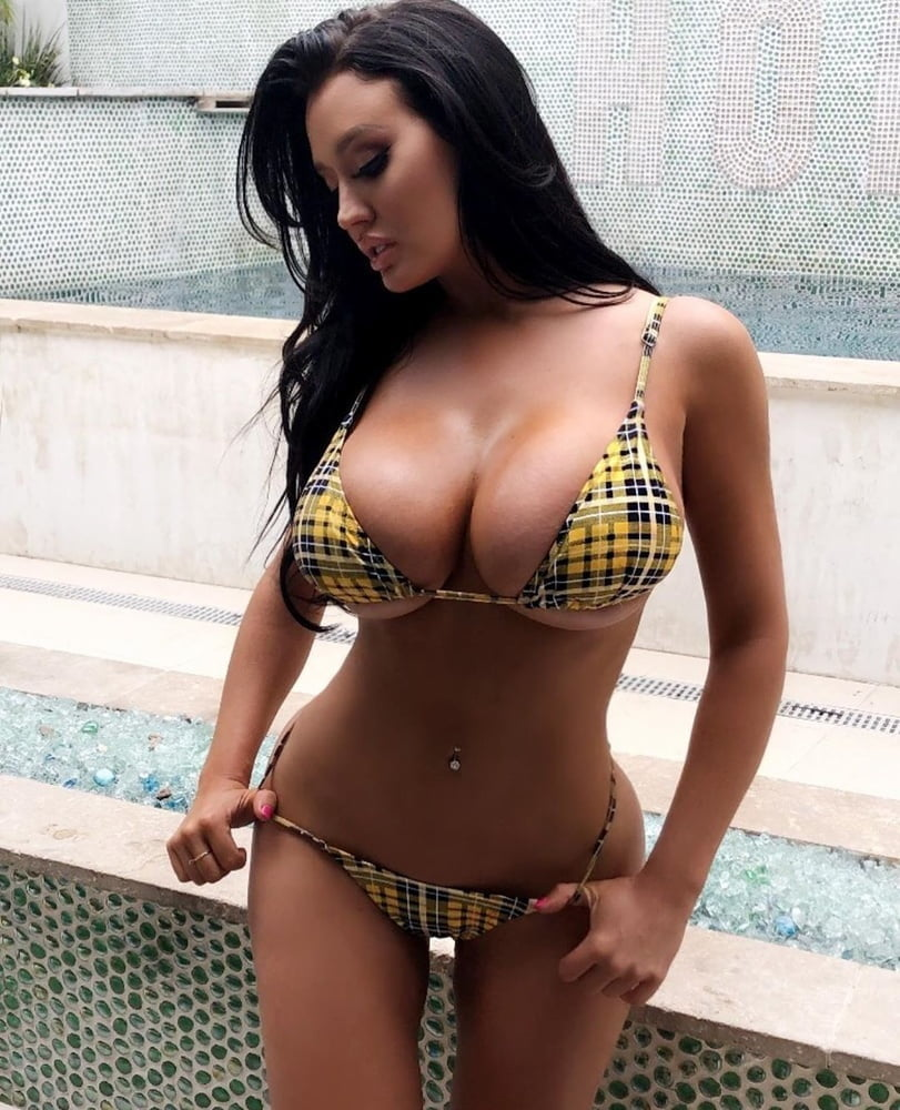 Большие попы и груди - фото красивых девушек со стройными фигурами в купальниках на морском пляже летом