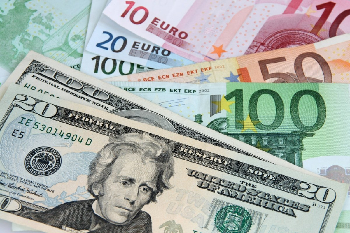 Какие курсы доллара и евро установили обменники
