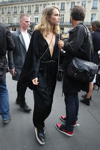 Почему у девушек в 2021 году стало модно ходить без бюстгальтера (21 фото)