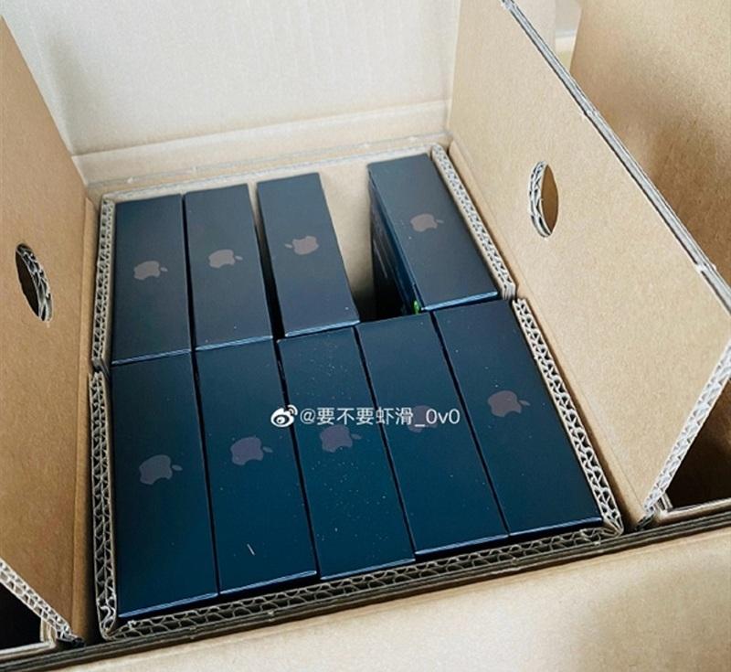Новая упаковка серии iPhone 13 удивила пользователей: пленки нет (фото)