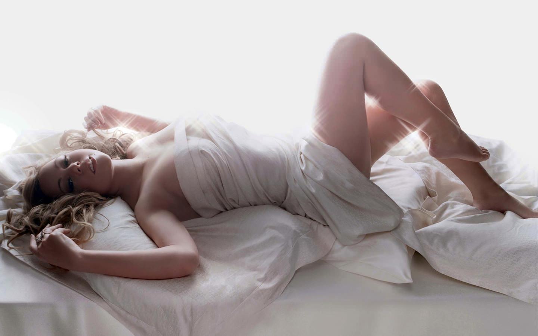 Фотосессия девушки в постели 14 фотография